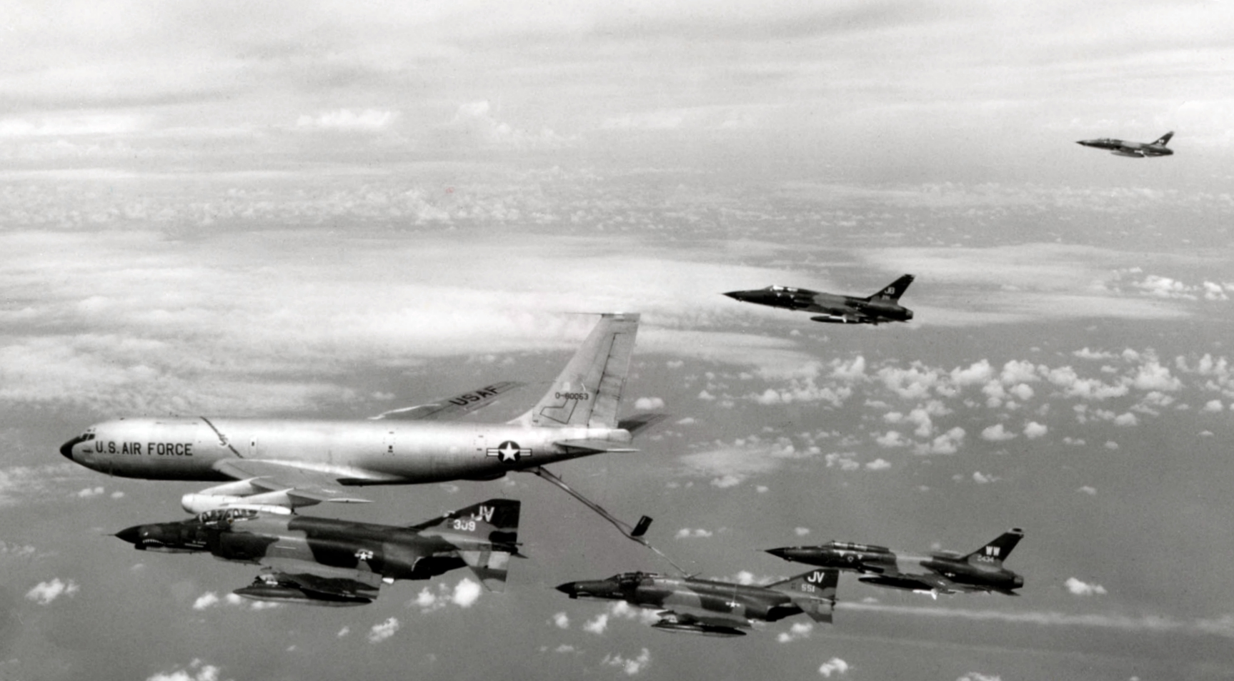 air force in the vietnam war From 1950-1954, the usaf loaned transport and attack aircraft to the french air force in indochina the usaf also sent about 200 aircraft mechanics to help maintain them.